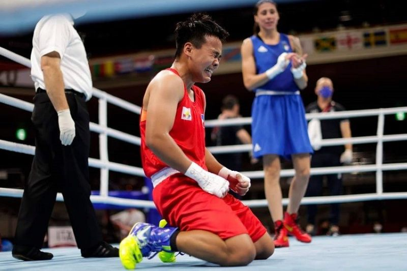 FIGHTING FOR GOLD. Philippines' Nesthy Petecio reacts after winning a women's featherweight 57-kg boxing semifinal match against Italy's Irma Testa, right, at the 2020 Summer Olympics, Saturday, July 31, 2021, in Tokyo, Japan.   The Dabawenya boxer is already assured of a silver medal and is the first Filipina boxer to fight in an Olympic gold medal match.  (AP Photo/Ueslei Marcelino, Pool)