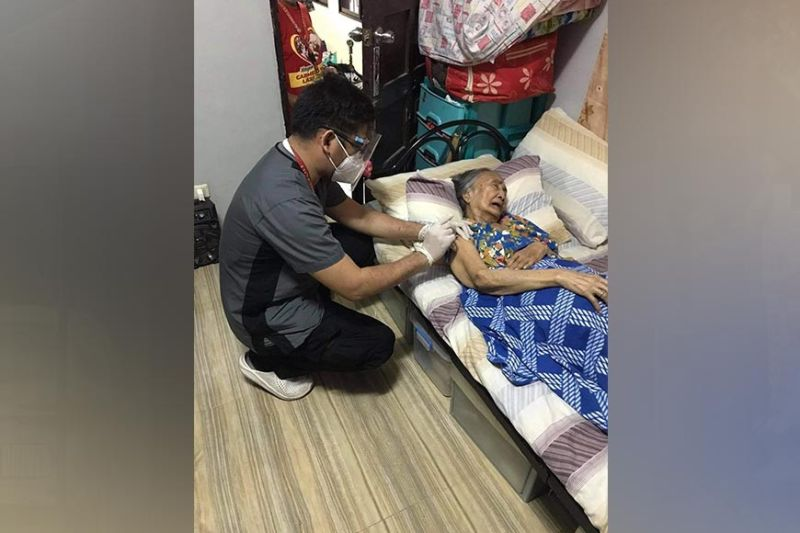 VACCINATION. Doctors and health workers of the Angeles City government continue the vaccination of bedridden senior citizens in the city. Aside from the house-to-house inoculation, P1,000 cash assistance and Vitamin C supplements were also given to the elderly. (Contributed photo)
