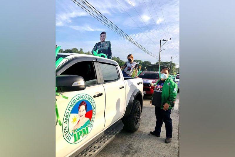 DAVAO. Makita sa Kapitan Edgar Ibuyan Sr., diin ilang gitarong ang kurti sa hulagway ni Mayor Sara Duterte atol sa ilang motorcade sa Davao City padung sa Montevista sa Davao de Oro niadtong Sababo. (Jeepy P. Compio)