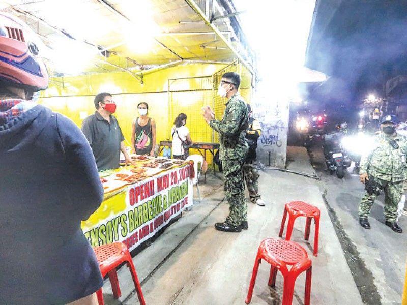 ■ ROVING: Aron hugot nga mapatuman ang curfew, ang kapulisan kanunay nang nag-roving aron pagpahinumdom sa publiko sa bag-oras sa curfew sa Cebu City nga inay magsugod sa alas 11 sa gabii, giatras kini ngadto sa alas 10 sa gabii. / Amper Campaña