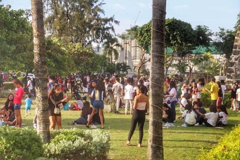 CEBU. Young men and women, most of whom are not wearing face masks, converge at the Plaza Independencia in Cebu City in this recent photo. (Amper Campaña)