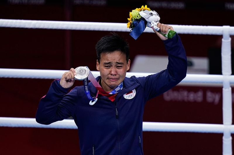 JAPAN. The Philippines's Nesthy Petecio holds up her silver medal after losing to Japan's Sena Irie in the women's featherweight 60-kg final boxing match at the 2020 Summer Olympics, Tuesday, August 3, 2021, in Tokyo, Japan. (AP)