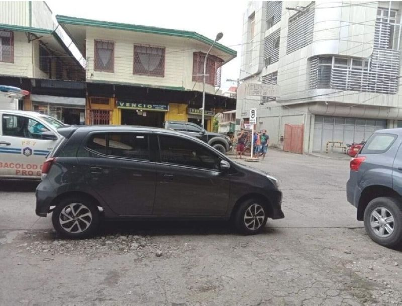 ROBBERY. A businesswoman and a Grab driver lost their cash, gadgets, motorcycle and vehicle to three unidentified assailants who robbed them at Boss Restaurant in Regent Pearl Homes Subdivision, Barangay Mansilingan, Bacolod City Tuesday, August 3, 2021. (Contributed photo)