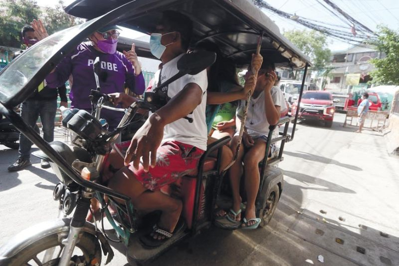 TEACHING THE RULES. A member of the Cebu City Prevention, Restoration, Order, Beautification and Enhancement (Probe) team stops a tricycle driver to warn him about overloading of passengers as it violated the social distancing rule implemented to slow down the spread of Covid-19 in Barangay Pasil on Tuesday, Aug. 3, 2021. The Probe team, Cebu City Environment and Sanitation Enhancement Team and civilian volunteers from Task Force Kasaligan conducted clearing operations of illegal structures and reminded residents to follow quarantine protocols in Barangays Pasil and Suba. (Amper Campaña)
