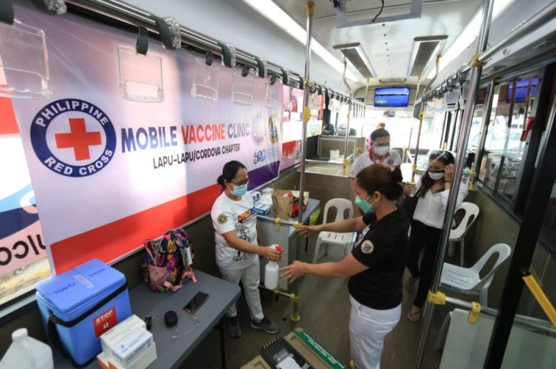 DISINFECTION. Nurses disinfect themselves after serving at the mobile vaccination in Barangay Pajo, Lapu-Lapu City on Wednesday, Aug. 4, 2021. The mobile vaccination efforts were done by the City in partnership with the Philippine Red Cross. (Alan Tangcawan)