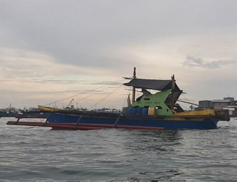 ZAMBOANGA. Joint police and Bureau of Customs operatives intercept a Jungkong-type watercraft loaded with some P4.5-million smuggled cigarettes with seven people, including three minors aboard, on Wednesday, August 4, near Tumalutap Island, east of Zamboanga City. A photo handout shows the Jungkong-type watercraft that ferried the confiscated smuggled cigarettes from Jolo, Sulu to this city. (SunStar Zamboanga)