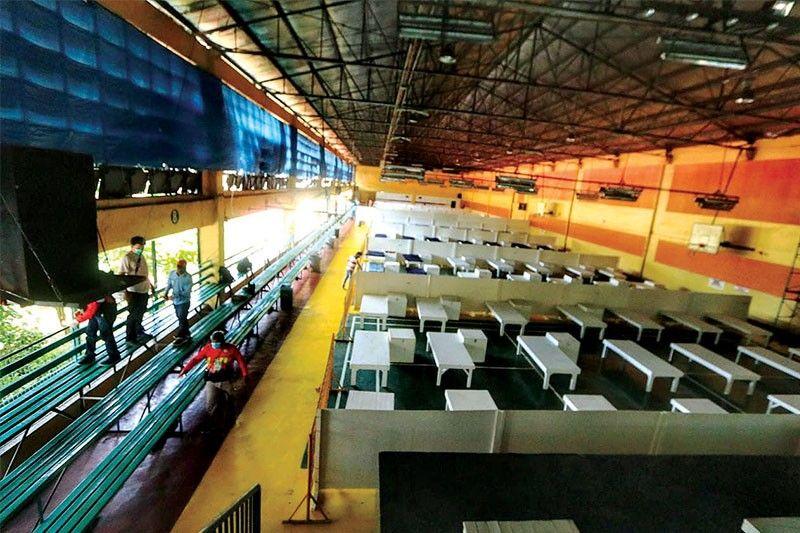 ANDAM NA: Ang badminton gym sa Cebu City Sports Center (CCSC) andam isip mega isolation center. Kini dunay 200 maximum bed capacity alang sa pasyente sa Covid-19. / Amper Campaña