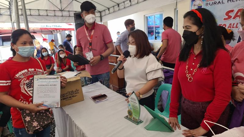 BHW RECOGNITION. San Simon Acting Mayor Leonora Wong and Dr. Marline Dela Rosa, municipal health officer, award certificates of recognition and cash incentives to Barangay Health Workers during Friday's BHW recognition day. (Chris Navarro)