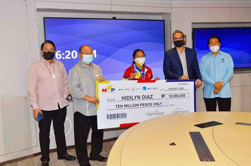 Olympic gold medalist Hidilyn Diaz receives the cash prize of P10M from the MVPSF group headed by chairman Manny V. Pangilinan. (MVPSF photo)