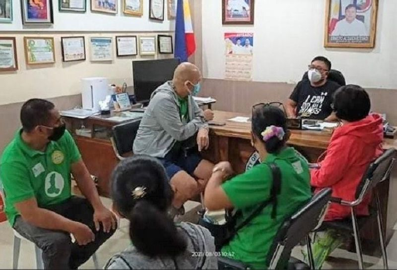 NEGROS. Provincial Sports Coordinator Anthony Carlo Agustin (2nd from left) and his staff discuss the Abanse Negrese Sports Program Hinobaan town Mayor Ernesto Alquiza Estrao (center). (Abanse Negrense Photo)