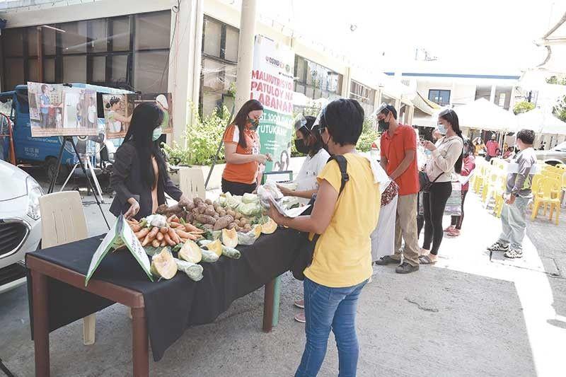 ■ KLIYENTE NAGLINYA: Ang Assistance to Individuals in Crisis Situation (AICS) nanaglinya sa libre nga mga utanon sa community pantry sa Supplementary Feeding Program (SFP). / Tampo