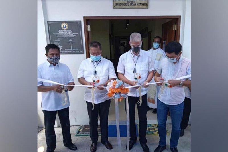 NEGROS. (From left) Vice Mayor Johnny Reosura, Mayor Gerry Rojas, Governor Eugenio Jose Lacson and Board Member Manman Ko cut the ribbon during blessing and inauguration of Murcia's new two-storey legislative building. (PR)