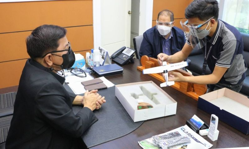 PAMPANGA. CIAC President and CEO (Ret.) Gen. Aaron Aquino receives a plane scale model from Omni Aviation Operations Director and Compliance Manager Capt. Eleazar Cayago and Safety and Quality Manager France Domasian (right and left, respectively) during the latter's courtesy call at the CIAC Corporate Office Building on August 8, 2021. (CIAC-CCO)