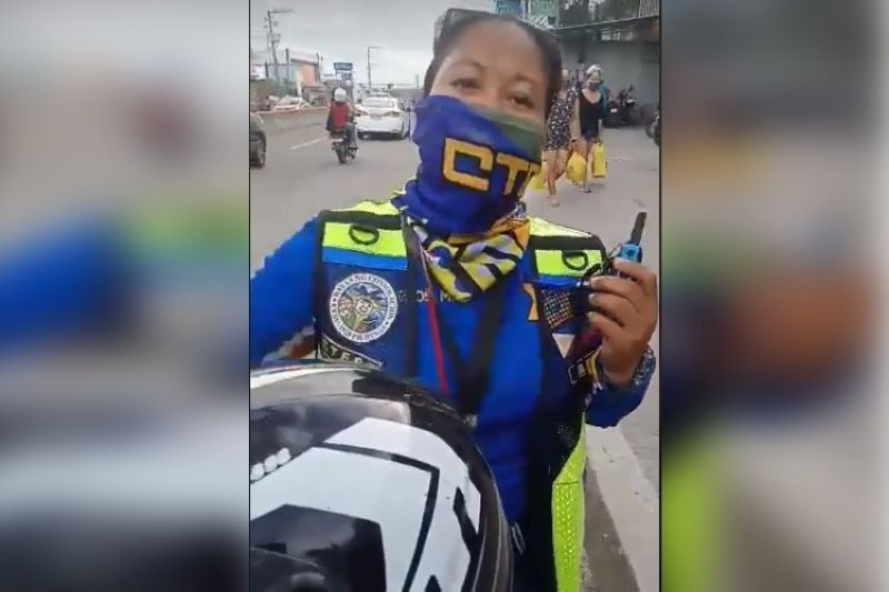 SUSPENDED. Consolacion traffic enforcer Maricris Vallejos was ordered suspended for 15 days by Mayor Joannes Alegado after she was caught on a viral video slapping a food delivery rider while manning traffic near a mall in Barangay Lamac. (Screengrab from video posted by Marcelino Sabucido)