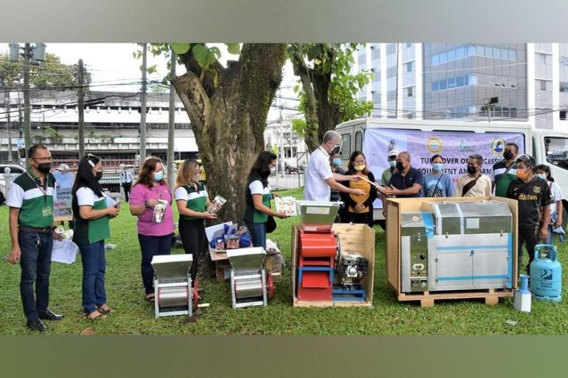 NEGROS OCCIDENTAL. Governor Bong Lacson leads the turnover of aid to its stakeholders held at the Provincial Capitol grounds in Bacolod City. (Capitol PIO photos)