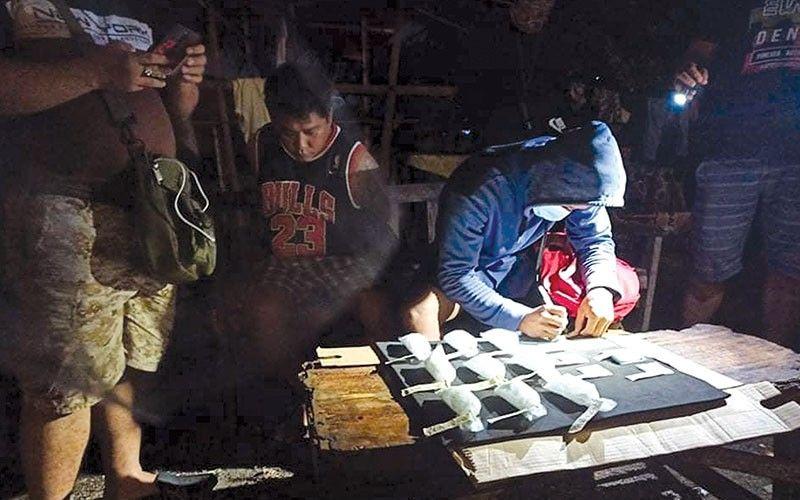 MGA EBIDENSIYA. Ang dinakpan nga si Jeffrey Galido alyas Epoy (tunga), 31, taga Sitio Puntod, Barangay Mambaling, Dakbayan sa Sugbo uban sa mga ebidensiya nga gidiling druga nga gisusi sa kapulisan. / Tampo