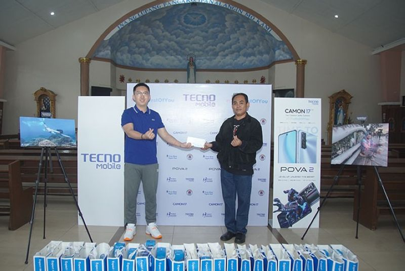 Ina ng Lupang Pangako Parish Church handover of donations from Tecno Mobile, represented by brand director Jason Liang (left), and received by Rev. Fr. Peter Hequillan, CM.