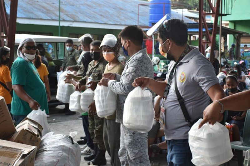 ZAMBOANGA. The Western Mindanao Command (Westmincom) facilitates the distribution of food packs to the fire victims currently housed at the Southcom Elementary School in Calarian village, Zamboanga City. A photo handout shows personnel from Westmincom, 4th Civil Relations Group, and Joint Task Force Zamboanga unload the food packs from a vehicle for distribution to the fire victims. (SunStar Zamboanga)