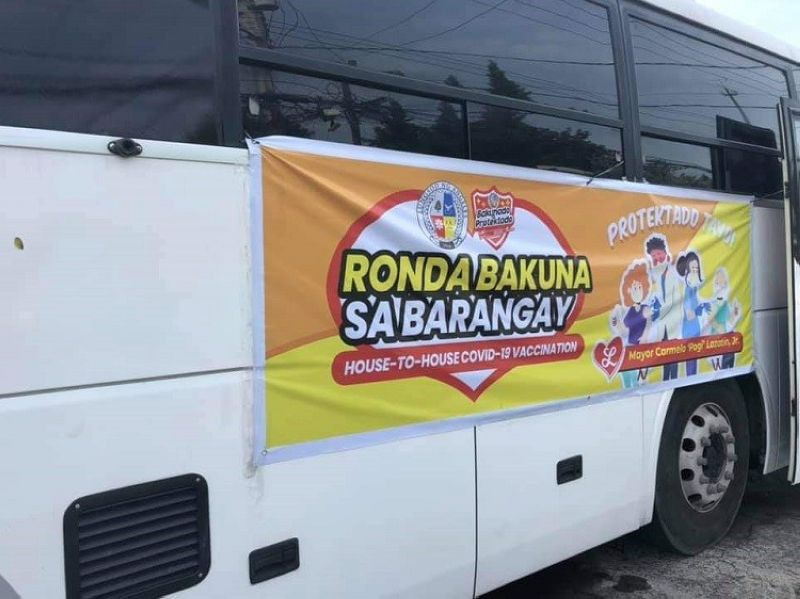 """RONDA BAKUNA. The local government unit of Angeles is set to inoculate 14,503 residents in Barangays Sapangbato and Margot with the fielding of the second mobile vaccination clinic on August 25 under the """"Ronda Bakuna"""" program. (Angeles City Information Office)"""