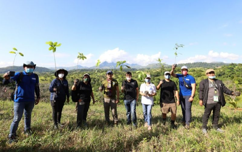 ZAMBOANGA. The Bangsamoro Autonomous Region in Muslim Mindanao (Barmm) together with its various humanitarian partners plant 750 saplings in line with the observance of the World Humanitarian Day on August 19 in Datu Odin Sinsual, Maguindanao. A photo handout shows officials of Barmm and its partner agencies in a group photo session before the tree planting activity. (SunStar Zamboanga)
