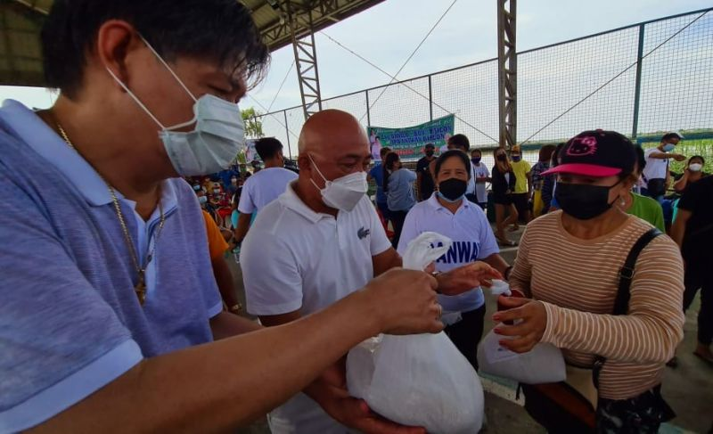 """FOOD FOR FLOOD VICTIMS. Former Candaba Mayor Danilo """"Boy"""" Baylon and Fourth District Board Member Nelso Calara turn over on Saturday food donations to flood-affected families of Sto. Nino Pabahay and Calabasi, Masantol, Pampanga. (Chris Navarro)"""