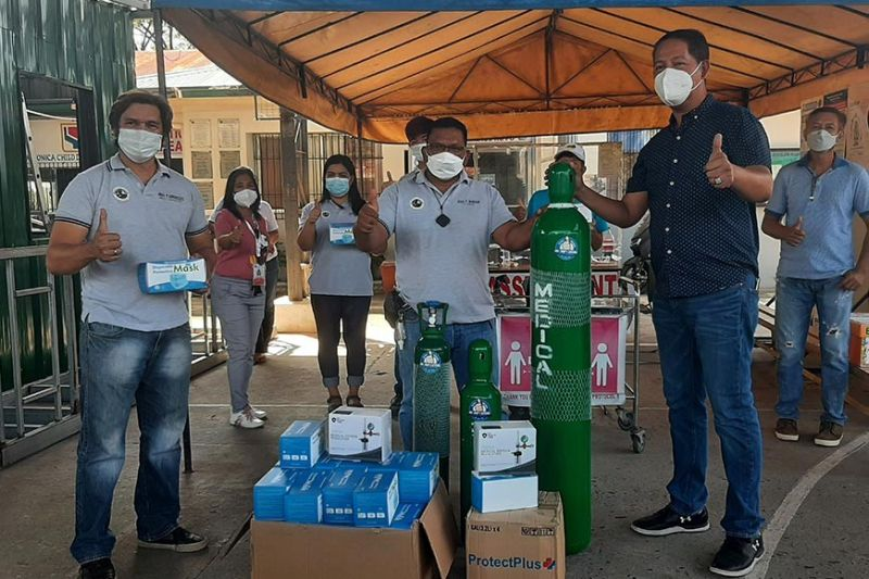 WE HEAL SAN SIMON. Businessman Joel 'Jojo' Gutierrez, who leads the 'We Heal San Simon' organization, turns over the medical oxygen, regulators, face masks and face shields he donated to Barangay Sta. Monica officials were represented by Kagawad Roel Mandap and Secretary Paul Arguelles. (Princess Clea Arcellaz)