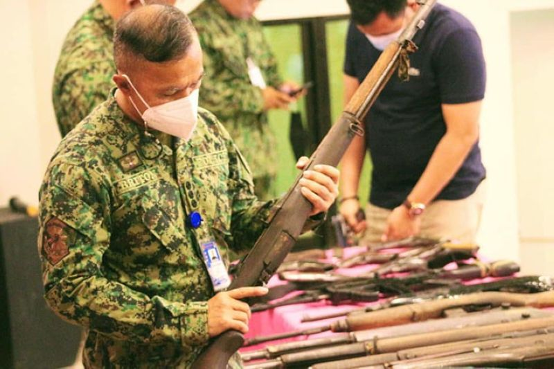 UNLICENSED GUNS. The government recovers 314 loose firearms, as it expands the implementation of the Small Arms and Light Weapons program to Tawi-Tawi. A photo handout shows Police Colonel Bonard Briton, Tawi-Tawi police director, inspects one of the 70 loose firearms that were surrendered in two Tawi-Tawi towns. (SunStar Zamboanga)
