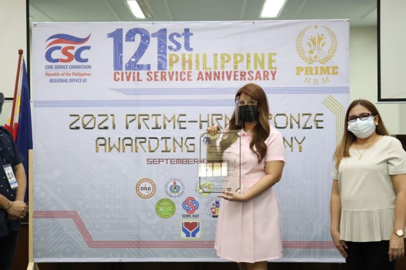 EXCELLENCE AWARD. On behalf of Mayor Lazatin, Executive Assistant IV Reina Manuel and Angeles City Human Resources Management Officer Rowena Yambao receive the Bronze Award under the Program to Institutionalize Meritocracy and Excellence in Human Resource Management (Prime-HRM) from the Civil Service Commission on August 24, 2021 at the Sangguniang Panlungsod Session Hall. (Angeles City Information Office)