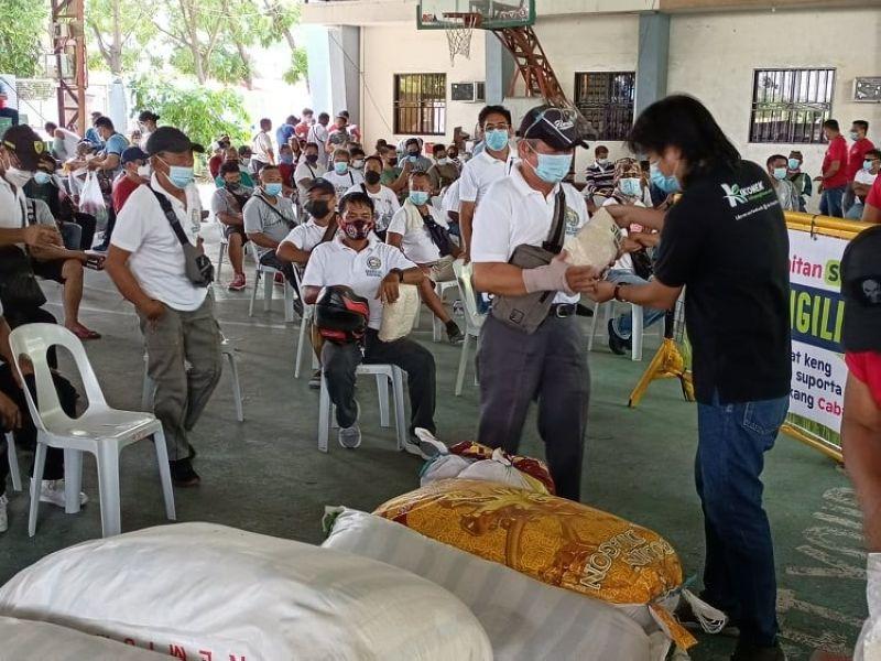 AYUDA. Staff from the office of Senator Kiko Pangilinan distribute rice to Angeles City drivers under the lawmaker's Ayudang Abias Keng Panaun Na Ning Pandemya.' (Rey Navales)