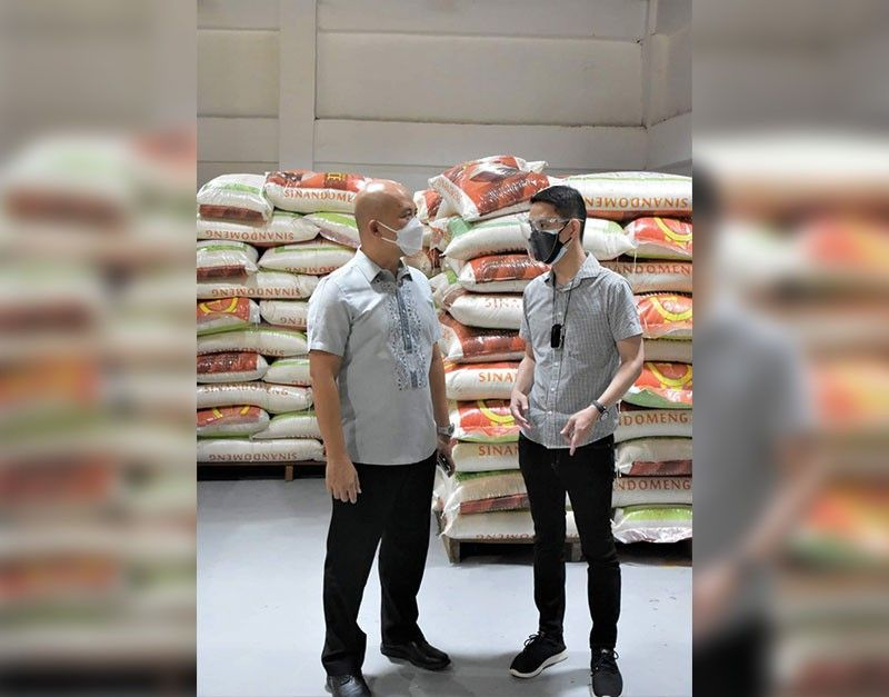 DONATION. Provincial Administrator Rayfrando Diaz II, with Negros Grace Pharmacy President Ian Lo during the turnover of the 500 sacks of rice to the Provincial Government held at the Negros Occidental Multi-Purpose Activity Center, August 25, 2021. (Richard Malihan photo)