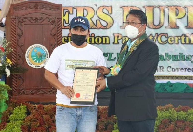 LAND TITLES. Fifty Agrarian Reform Beneficiaries in Maguindanao receive Certificate of Land Ownership Award title from the government of the Bangsamoro Autonomous in Muslim Mindanao (Barmm) on August 26, 2021. A photo handout shows one of the recipients (left) receives his land title from a Barmm official. (SunStar Zamboanga)