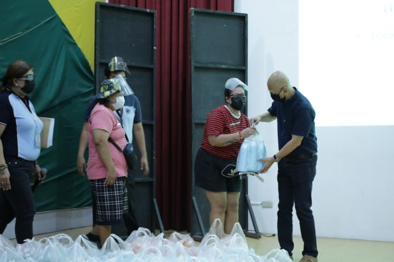 NEGOSYO PACKAGES. City of San Fernando Vice-Mayor Jimmy Lazatin led the distribution of The City negosyo packages on August 25, 2021. (City of San Fernando Information Office)
