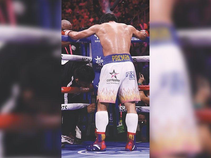 ■ BAYANI: Gibatbat ni Filipino boxing icon Manny Pacquiao nga wala siya nagdahom nga gihatagan gihapon siya og hero's welcome sa iyang mga sumosunod sa iyang paghiabot kagahapon sa kadlawon (Agosto 30, 2021) taliwala sa iyang nasinating makapakaging nga kapildihan sa miaging semana sa Las Vegas, USA. / AP Photo