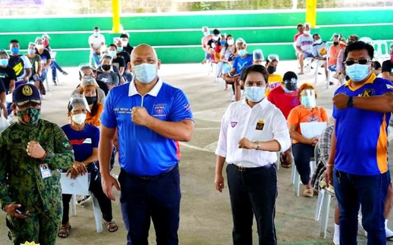 """GETTING ON BOARD. Congressman Jorge """"Patrol"""" Bustos and Pampanga 3rd District Chairperson Raquel """"Ate Kay"""" Pineda of Patrol Partylist led Saturday's (August 28) distribution of food assistance to families affected by the pandemic in Mexico, Pampanga. (Chris Navarro)"""