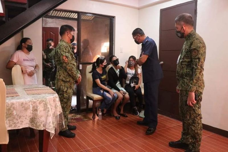 NEGROS. Police Regional Office-Western Visayas Director Police Brigadier General Rolando Miranda visits the family of late Police Staff Sergeant Joseph Nepomuceno in Purok Dawis, Barangay 14 in Bacolod City on August 31, 2021. (PRO-Western Visayas)