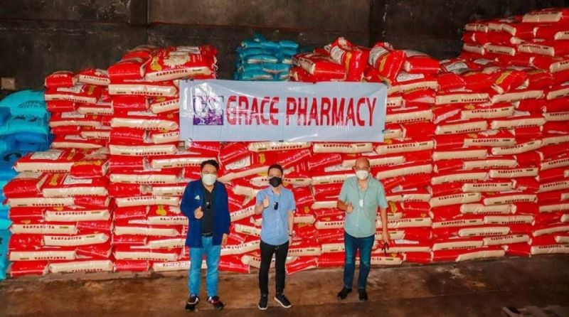 NEGROS OCCIDENTAL. Negros Grace Pharmacy president Mr. Ian Lo collaborates with Congressman Greg Gasataya and Bacolod City Vice Mayor El Cid Familiaran in donating 1,000 sacks of premium rice for Bacolodnons affected by the Covid-19 pandemic. (Contributed photo)