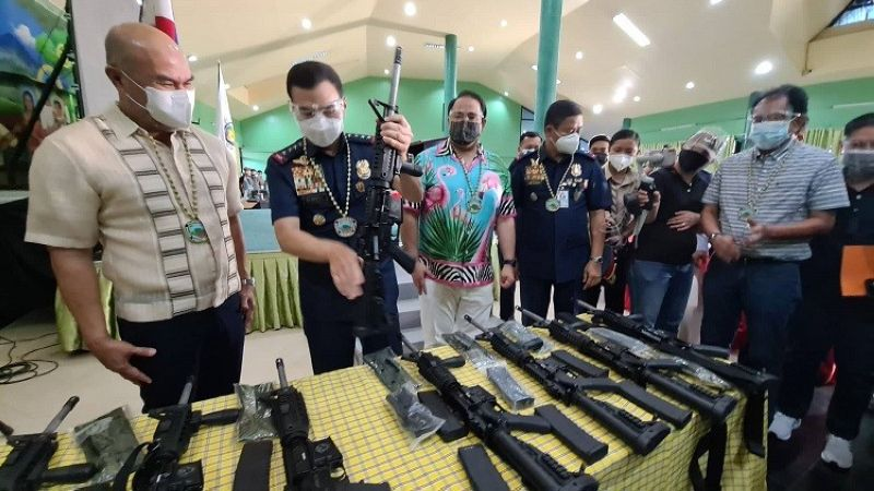 PAMPANGA. Mabalacat City Mayor Cris Garbo presents to PNP Chief General Guillermo Eleazar, Governor Dennis Pineda and PRO-Central Luzon Regional Director Brigadier General Val de Leon the 10 high-powered assault rifles for the Mabalacat Police Office. Joining them are PML President Edgar Flores and Vice Mayor Geld Aquino. (Chris Navarro)