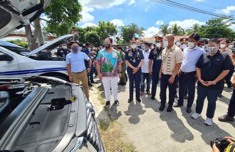 PAMPANGA. Governor Dennis Pineda, Mabalacat City Mayor Cris Garbo and other City officials turn over 20 units of Nissan Navara pickup patrol vehicles to PNP Chief General Guillermo Eleazar, Central Luzon Police director Valeriano and Pampanga Mayors League President Edgar in a ceremony. The vehicles were funded by the City Government from its Clark Freeport locators' income shares. (Chris Navarro)