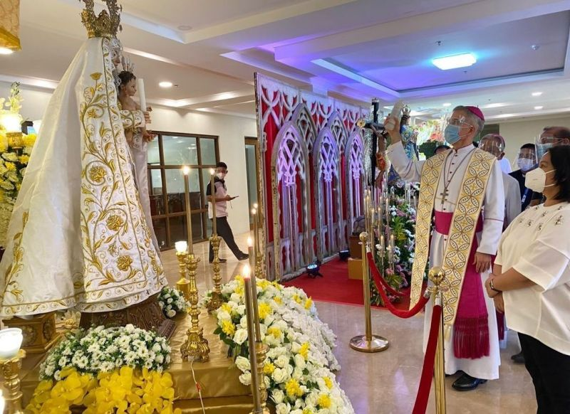 BLESSING. Papal Nuncio to the Philippines Archbishop Charles John Brown blesses an image of the Blessed Mother mounted in a private exhibit at the Legislative Building of Capitol on Tuesday, September 7, 2021. Looking on is Vice Governor Lilia Pineda. (Contributed photo)