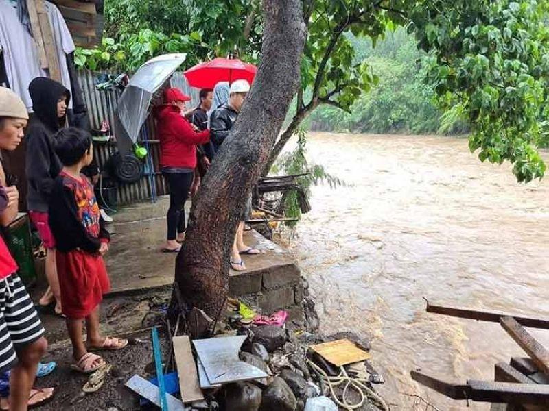 NEGROS. La Castellana Mayor Rhumyla Nicor-Mangilimutan checks the situation of some residents living near a river in the locality. (La Castellana MDRRMO photo)