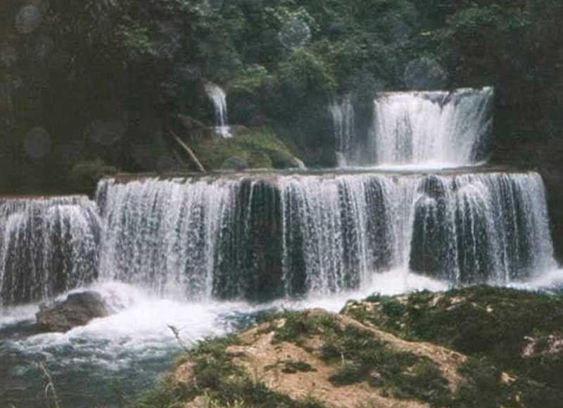 ■TUMOY. Ang Pinipisakan Falls sa Barangay Bay-ang, lungsod sa San Jorge nga ang tubig gikan sa Sulpan Underground River sa lungsod sa Matuguinao.