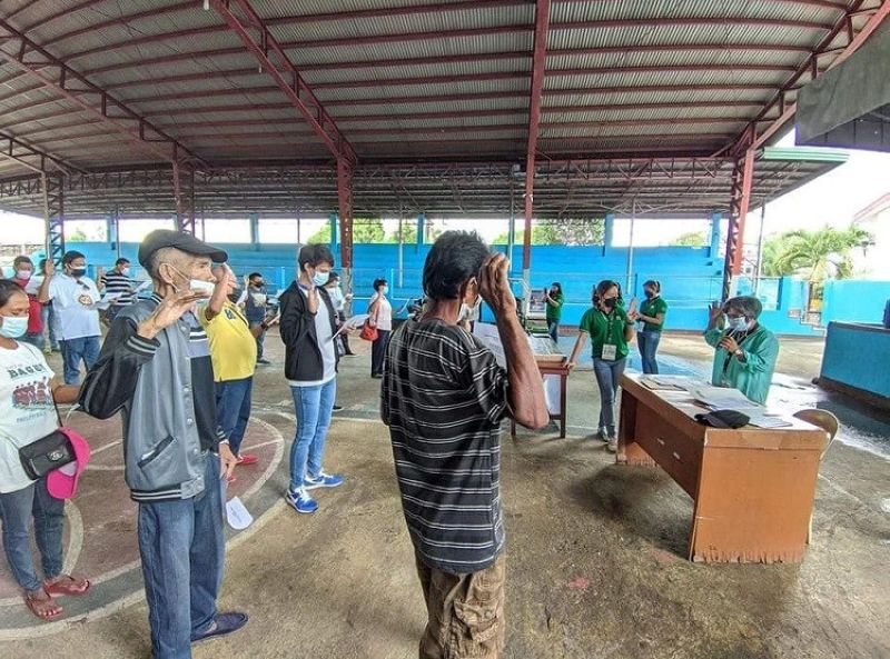 NEGROS. Some 221 farmers in Kabankalan City take oath as qualified beneficiaries of the Comprehensive Agrarian Reform Program recently. (Contributed photo)