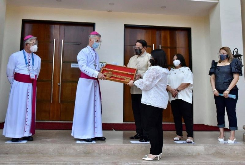 SYMBOLIC KEY. Governor Dennis Pineda and Vice Governor Lilia Pineda present to Papal Nuncio Archbishop Charles John Brown the symbolic key to Pampanga during his visit to the province. (Pampanga PIO)