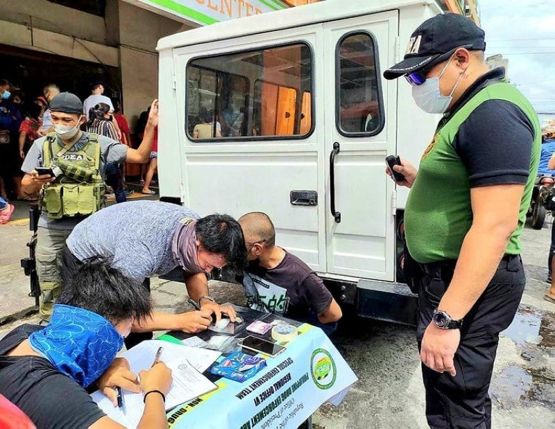 BACOLOD. Kim Khubchand of Barangay 2 was apprehended at the Bacolod downtown area with P300,000 worth of suspected shabu Friday, September 10. (Contributed photo)