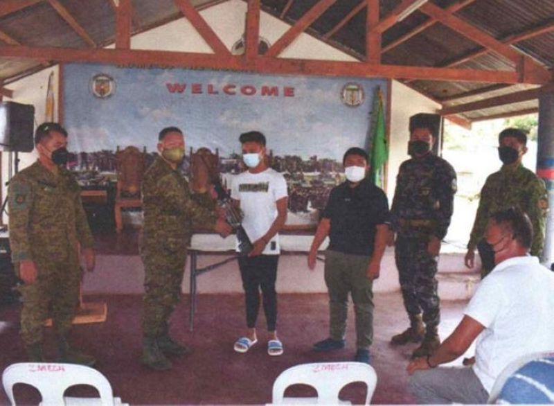 SURRENDER. The number of Bangsamoro Islamic Freedom Fighters (BIFF) that surrender increase to 105 as another BIFF member yields last week to military authorities in Datu Anggal Midtimbang, Maguindanao. A photo handout shows the BIFF surrenderer handing over his M-16 rifle to a military official when he surrendered to live a peace life with his family. (SunStar Zamboanga)