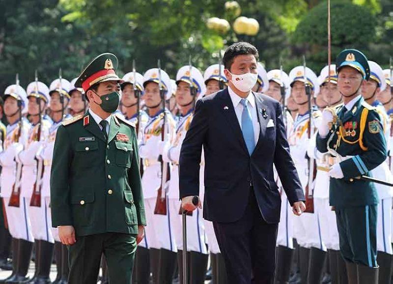 VIETNAM. Vietnamese Defense Minister Phan Van Giang (left) and Japanese Defense Minister Nobuo Kishi review honor guards in Hanoi, Vietnam Sunday, September 12, 2021. (AP)
