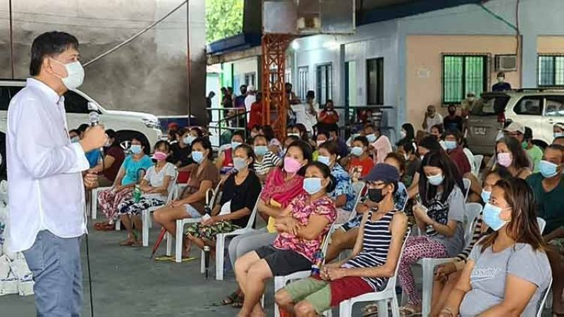 """PRAYER AGAINST PANDEMIC. Former Candaba mayor Danilo Baylon tells residents of Barangay Bulaon in the City of San Fernando that """"only God can end this pandemic."""" Baylon distributed on September 11 rice and chickens to some 2,500 individuals affected by the Covid-19 crisis. (Chris Navarro)"""