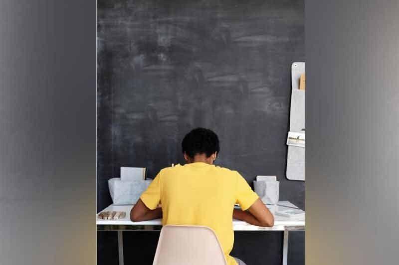 NAG-INUSARANG TINUN-AN. Usa ka tinun-an ang nag-inusara ug mingaw nga dapit sa pagbalik sa tingklase sa school year (SY) 2021-2022 niadtong Lunes, Septiyembre 13, nga ubos gihapon sa blended nga estilo sa Department of Education (DepEd), online ug offline. (Tampo)