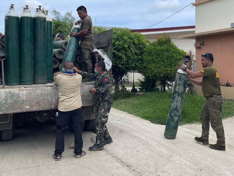 ZAMBOANGA. The Department of Health-Zamboanga Peninsula activates One Oxygen Command Center to address the depleting supply of medical oxygen of the Zamboanga del Sur Medical Center (ADSMC) due to the surge of coronavirus disease 2019 (Covid-19) cases. A photo handout shows soldiers load oxygen tanks to be transported to the ZDSMC. (SunStar Zamboanga)