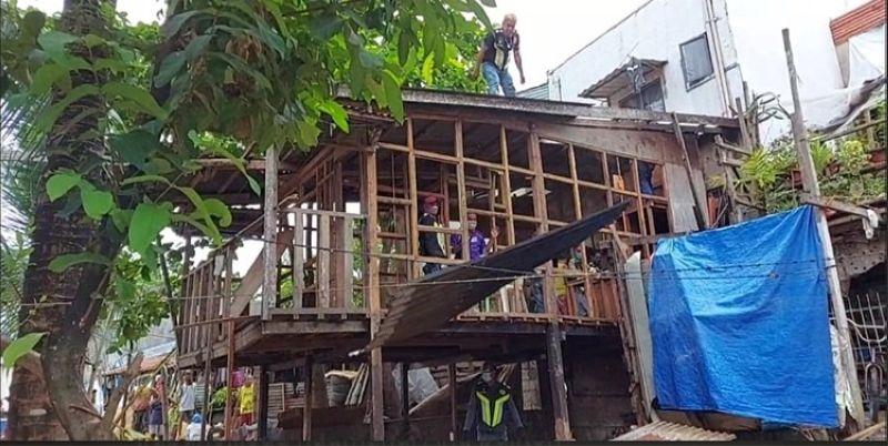 ATOP GILANGKAT. Way nahimo ang tag-iya sa balay nga gidemolis sa Probe Team sa Cebu City Government sa dihang nilapas na sa luna nga gipanag-iya sa Dakbayan sa Sugbo, ang tag-iya sa maong balay nga benepisaryo sa urban poor housing sa Barangay Canduman, Mandaue City nagtalikdanay sa maong utlanan. (Philip A. Cerojano)